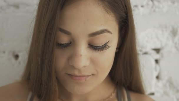 Közelről hosszú szempillák szép mosolygó fiatal nő portréja