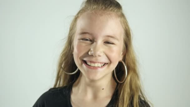 Portrét roztomilé dítě Girl smát. Šťastné dítě koncept