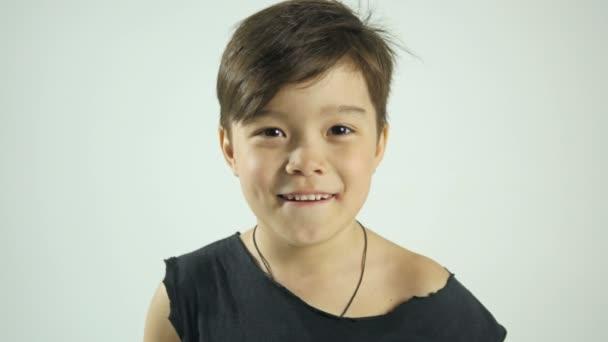 Krásný úsměv malého chlapce. Šťastné dítě koncept