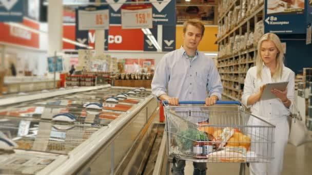 A(z) vásárlás a szupermarketben, és ellenőrzése a tábla-Pc termékek listája