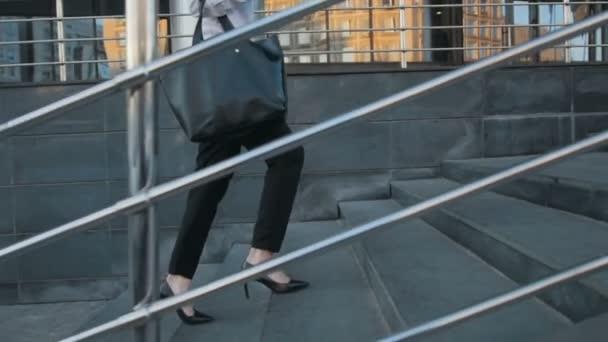 Podnikatelka nohy v botách na vysokém podpatku chůzi do schodů na schodiště