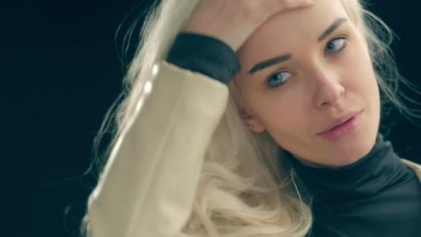 Krásná blonďatá dívka při pohledu do zrcadla. Smyslná elegantní mladá žena v bílém oblek, vyhledávání