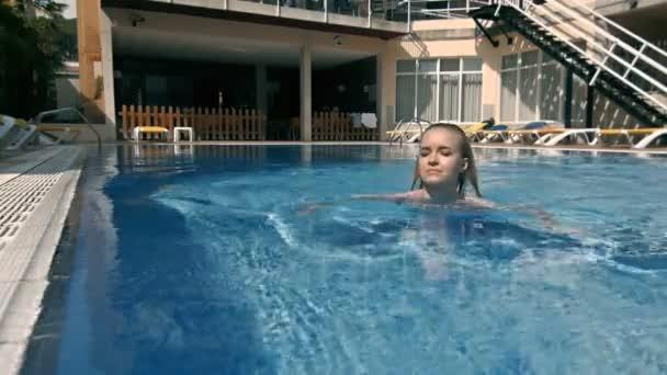 Mladé krásné módní sportovní ženy představují venkovní v létě na tropic island v horkém počasí v plavkách na fond. Portrét života venku