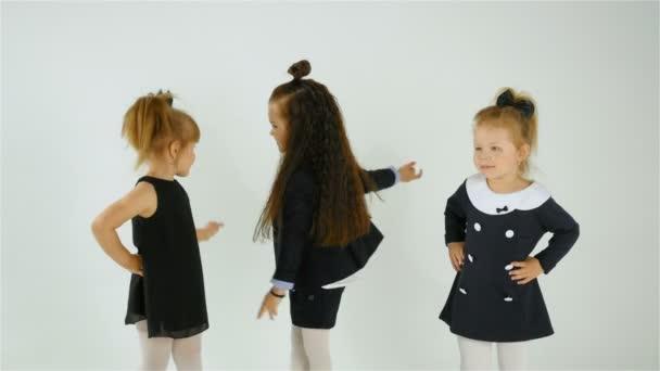 Roztomilý rozkošné děti baví společně izolovaných na bílém pozadí