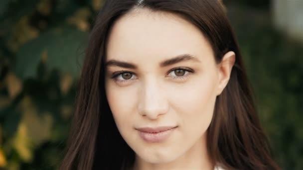 Portrét mladé krásné ženy na zeleném pozadí letní příroda zblízka