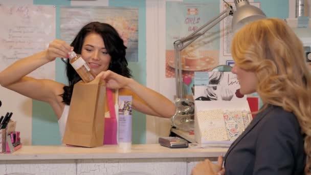 Happy ženský portrét prodávajícího nebo prodavač v supermarketu obchod pack nákupu