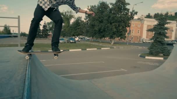 Ein Skateboarder trotzt der Schwerkraft wie er reitet auf seinem Skateboard in eine leere Rampe