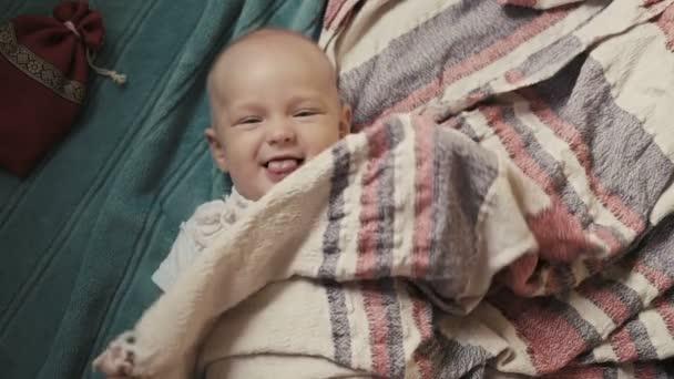 krásné expresivní rozkošný šťastný roztomilý smějící se dítě kojeneckou usmíval ukazující jazyk