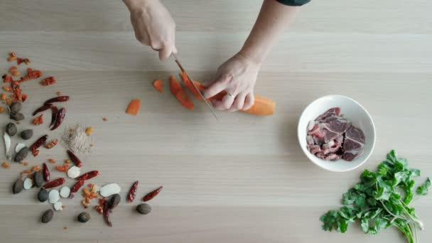 Pohled shora kuchaři rukou sekání mrkve na dřevěné desce, zdravých potravin Concept