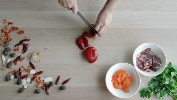 Mani femminili taglio pepe, fare uninsalata. Verdure di taglio superiore vista capo. Stile di vita sano, dieta alimentare