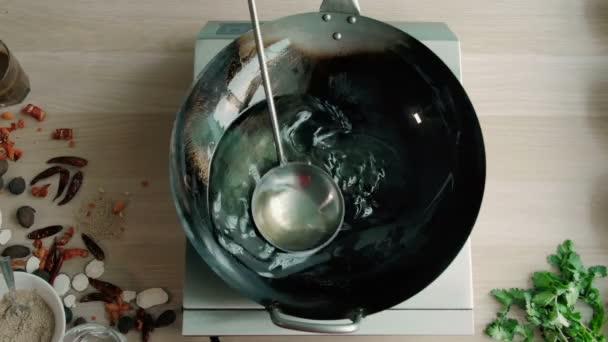 Szakács moccan, étolaj wok egy kereskedelmi konyha
