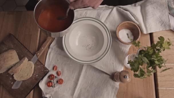 V tabulce rajskou polévku nalévá v misce