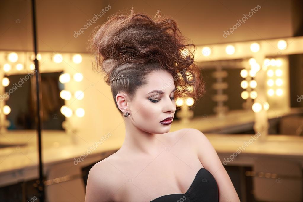 Haute couture MODELE femme avec coiffure Mohawk