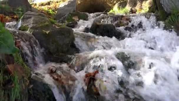 pohled z ústí řeky na zdroj kamene do kopce nahoru a tyčící nad řekou na obloze