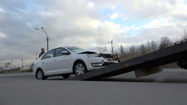 St Petersburg, Rusko-listopad 2, 2014, bílá tlačí auto zvednout vaše tělo