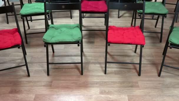 zobrazení řádků židle v místnosti úřadu na cestách