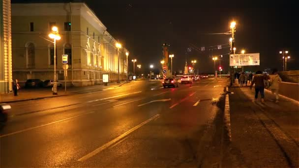 saint-petersburg, russland-november 22, 2014, fahrzeuge fahren nachts an kreuzungspfeilen visileostrovskogo inseln