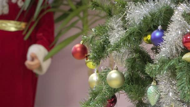 Adornos De Navidad En Un Arbol Verde Mullido Y Santa Claus En - Adornos-navidad-infantiles