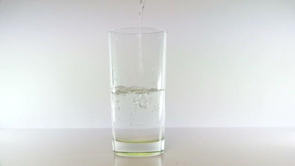 Proud vody nasype shora a čirého skla plní vodou