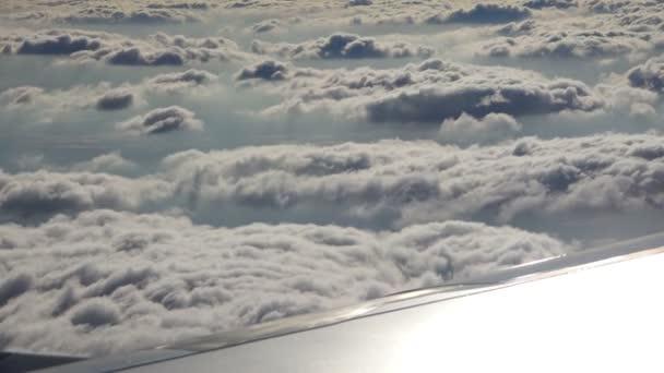 Sluneční paprsky klesnout na mraky, jejichž prostřednictvím můžete vidět město