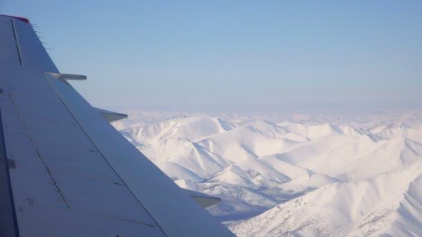 Nízko letící nad hornatý terén pokrytý trvalé sněhové pokrývky