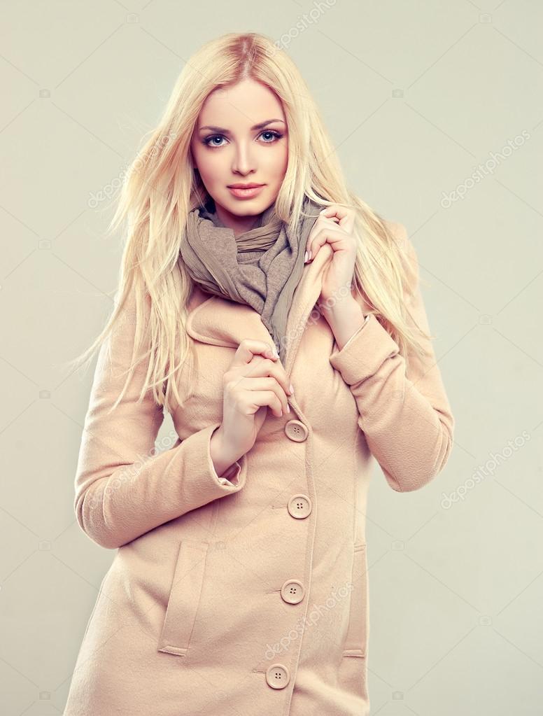 Frau Im Mantel Mit Einer Pelzhaube Stockfoto - Bild von