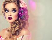 Fotografie Žena s kudrnatými vlasy a květiny
