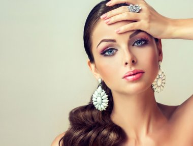 Beautiful fashion woman with jewelry set