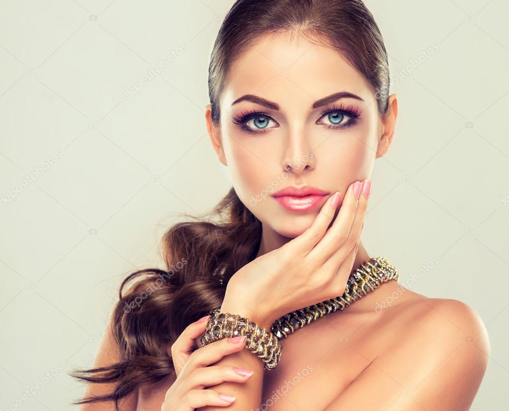 Fashion woman with jewelry set