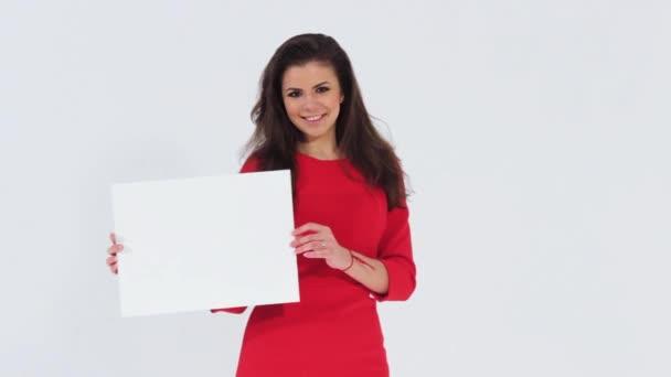 Usmíval se krásná dívka drží prázdná bílá transparent