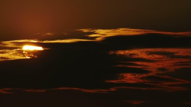 die große Sonne hinter den Wolken