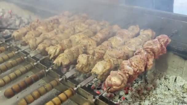Šíš kebab připravuje na uhlí