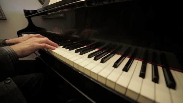 Pianist spielt klassischen Musik