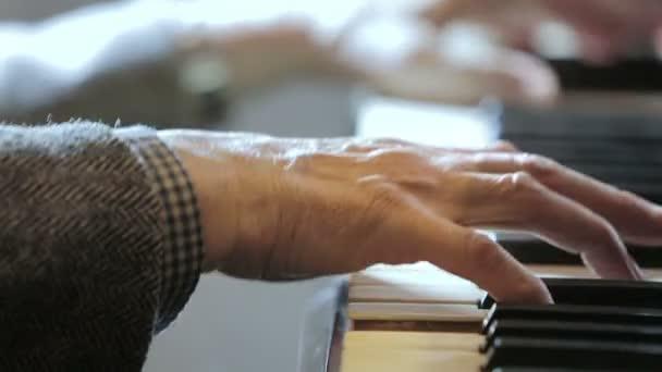 zongorista, klasszikus zene lejátszása