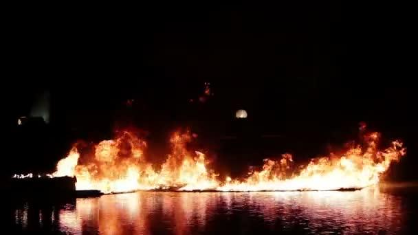 oheň na vodě v noci