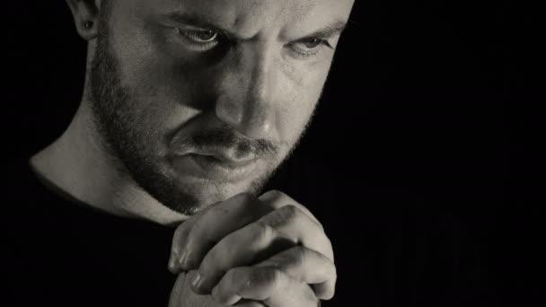 junger Mann betet