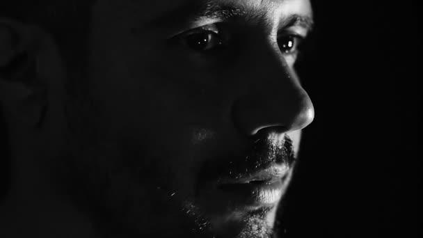 zoufalý a smutný muž při pohledu na fotoaparát: tmy, samoty, promyšlené