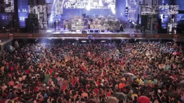 Řím, Itálie, 1 květen, 2015lidé sledují koncert v dešti před pódiem: Řím, 1. května