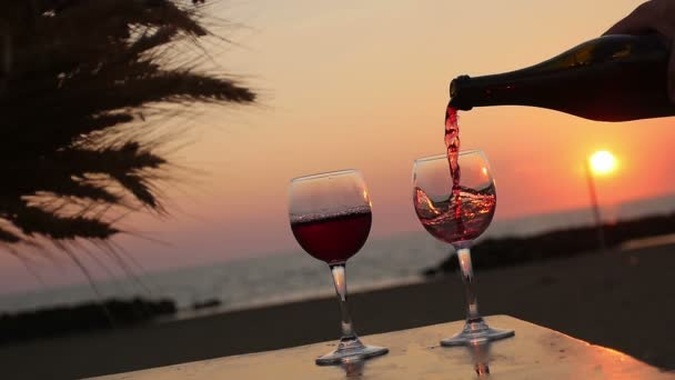 Nalil dvě sklenice vína