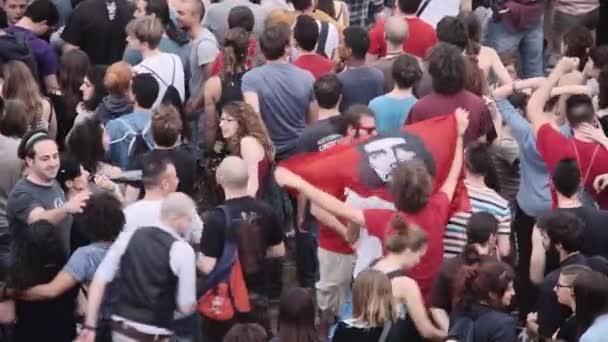 lidé tančí v Římě první květnový koncert, mládež, dav, publikum Řím Itálie, 1 květen, 2015
