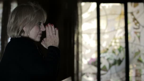 Intensives Gebet der Frau mit verschränkten Händen: Religion, Glaube, Frömmigkeit, Katholiken