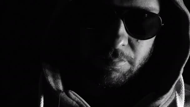 a fiatalember a sötétben, a motorháztető és a napszemüveg: harag, magány
