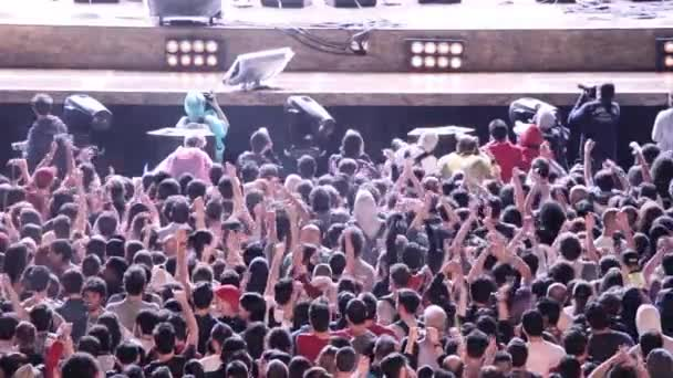 Řím, Itálie, Květen 1,2015 - kontrola bodových světel v rockové hudební koncertní pódium