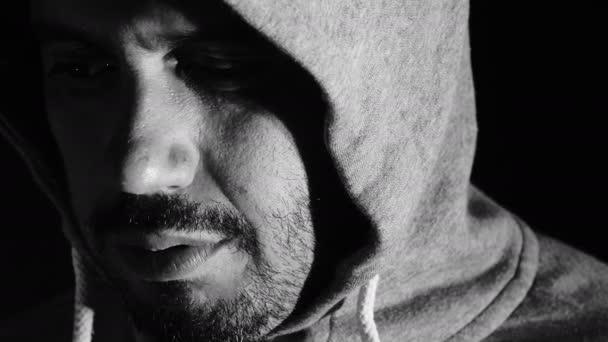 Trauriger Mann blickt in die Kamera: Kapuze, Depression, Dunkelheit, Einsamkeit