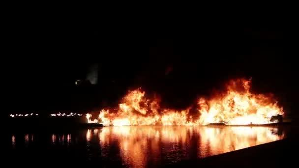 Plastový materiál na oheň na vodě během noci