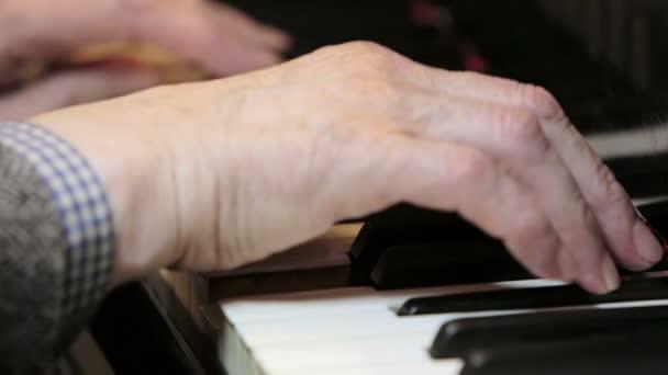 Pianist spielt klassische Musik