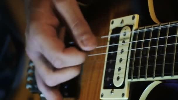 játszik a gitár gitáros