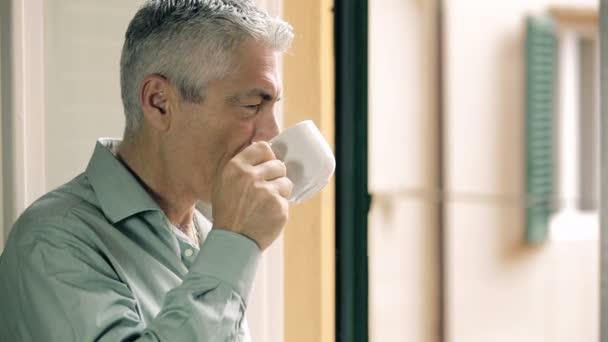 zamyšlený člověk pití kávy na okno: myšlení, vzhled, horké, Starý