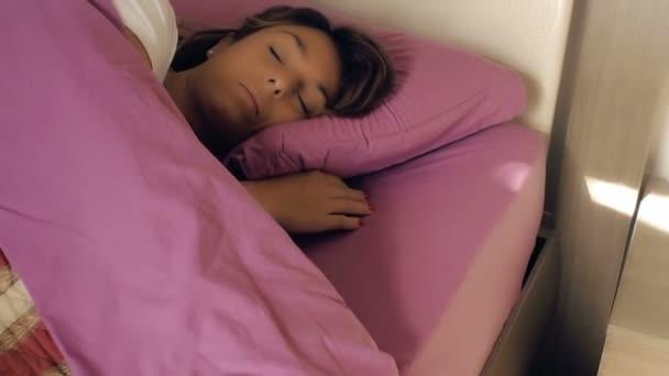 hezká žena spí v posteli
