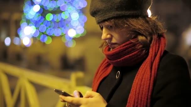 Gyönyörű fiatal nő használ sejt telefon